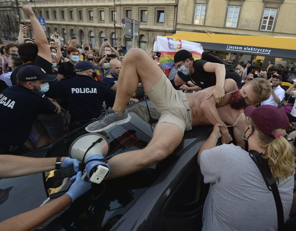 Milhares de pessoas saem às ruas na Polônia para protestar contra prisão de ativista