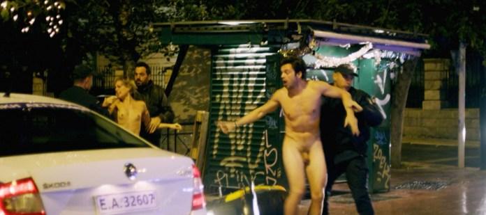 Ator Sebatian Stan grava cena de nu frontal; veja imagens