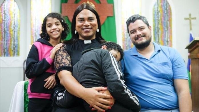 Com respaldo jurídico, trans Alexya Salvador consegue adotar três crianças