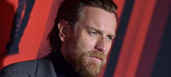Ewan McGregor elogia diretor de Halston por instruções de cenas de sexo gay
