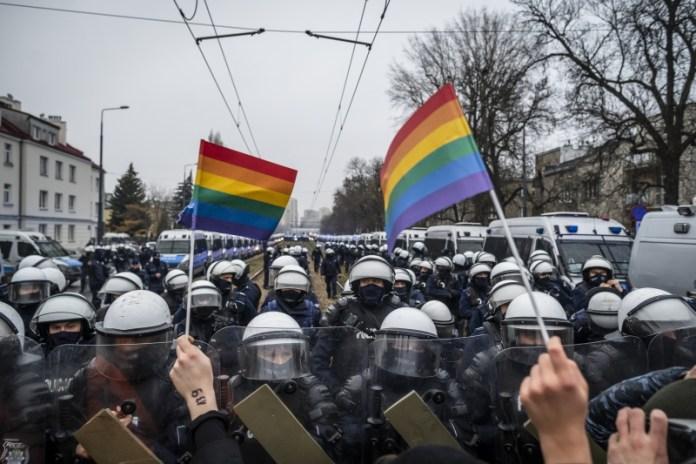 Estudo revela que LGBTs são parados pela polícia 6 vezes mais que heterossexuais