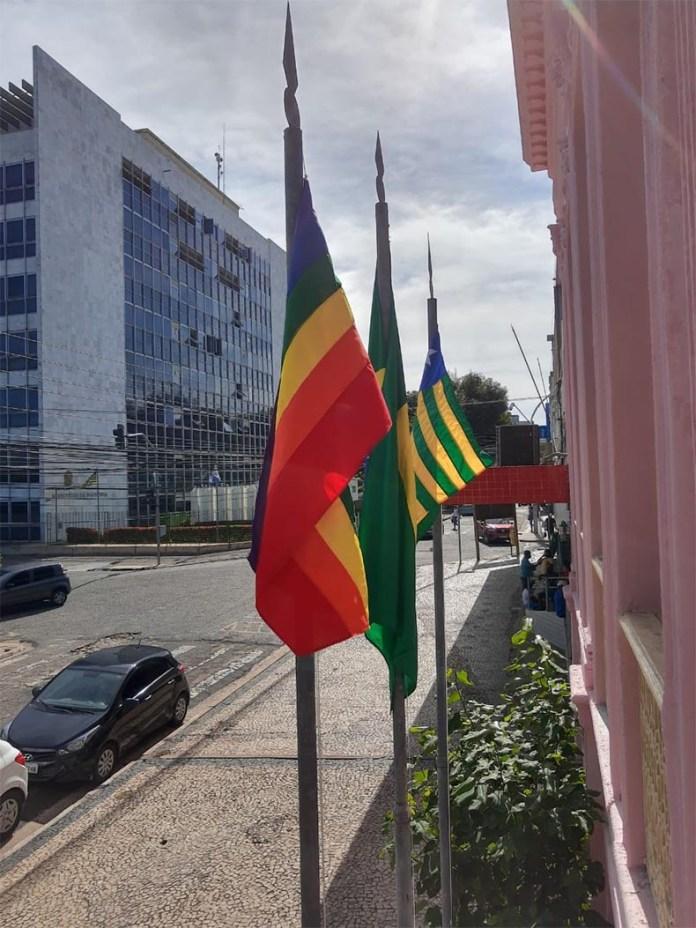 Bandeira LGBTQIA+ é hasteada no prédio da Justiça Federal em Teresina
