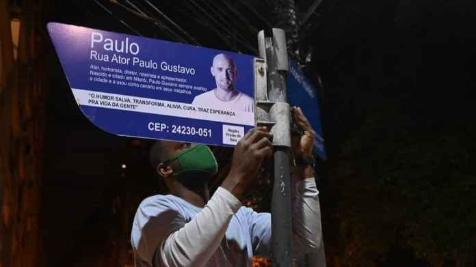 As 46 placas da Rua Ator Paulo Gustavo estão sendo instaladas em Niterói
