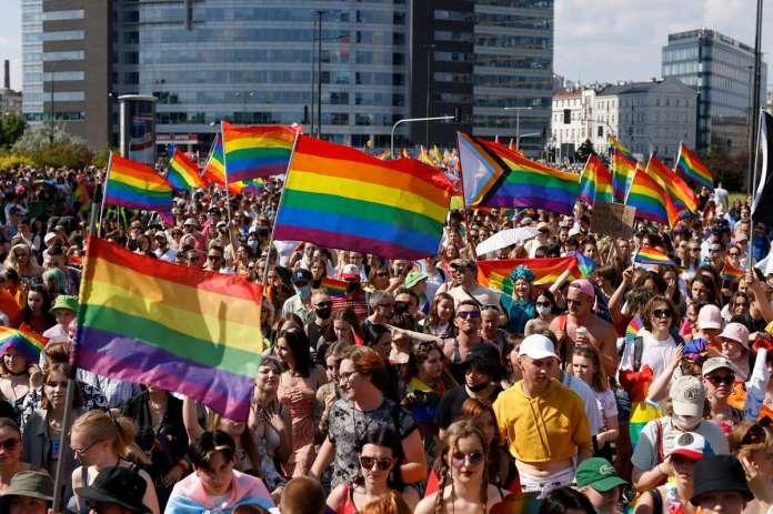 Polônia realiza uma das maiores Paradas da Europa Central para lutar contra governo conservador