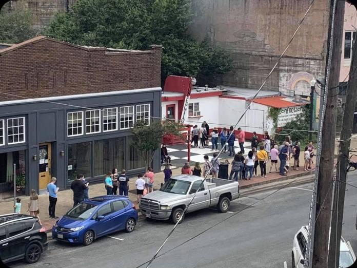 LGBTs fazem fila e compram todo o estoque de padaria boicotada por fazer biscoitos arco-íris