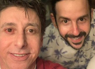 """Cássio Scapin critica Bolsonaro ao postar foto com namorado: """"Muita coragem conta um governo fascista!"""""""