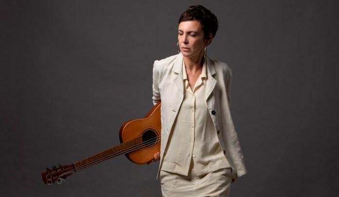 Adriana Calcanhotto retorna aos palcos no Teatro Claro Rio, em Copacabana