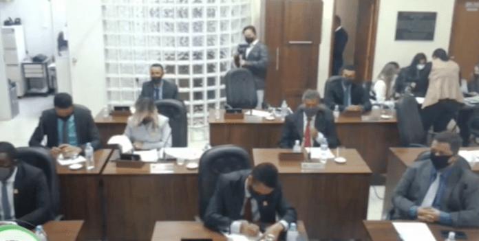 """Vereador usa sessão da câmara para dizer que prefeito """"sempre gostou de linguiça"""""""