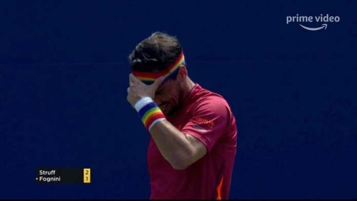 Após comentário homofóbico, tenista olímpico joga partida com as cores do arco-íris