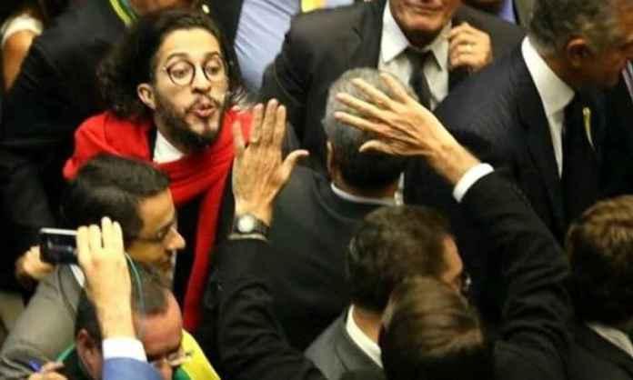 Jean Wyllys diz que cuspiria novamente na cara de Jair Bolsonaro