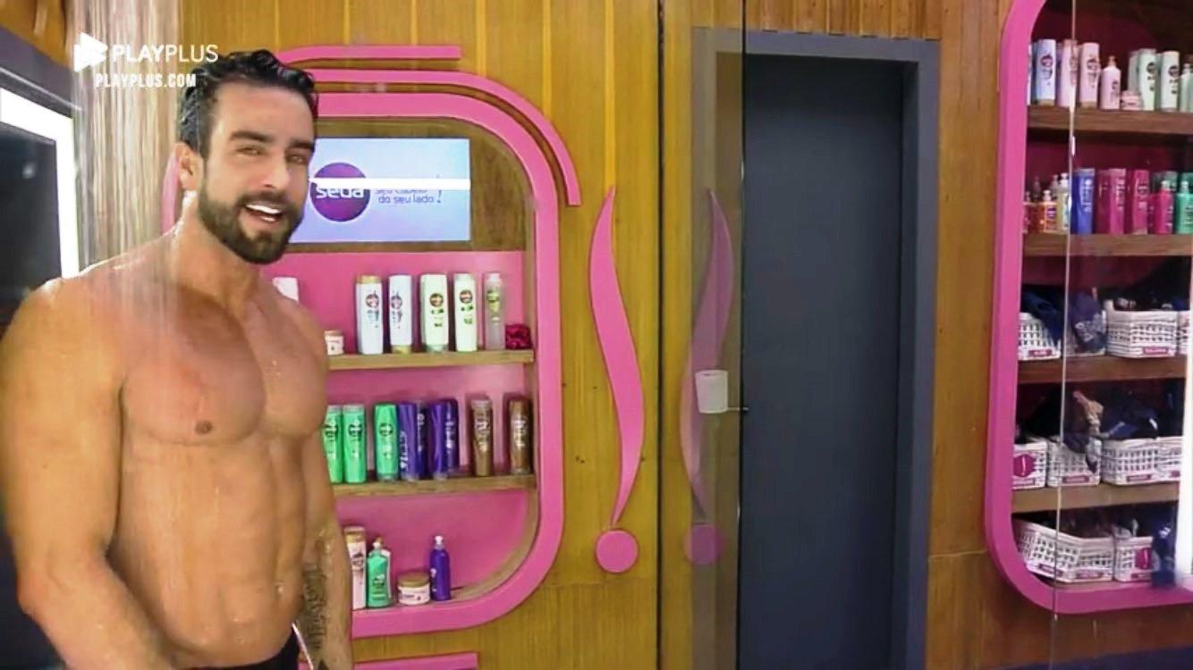 Nego do Borel se impressiona ao ver membro de Erasmo Viana no banho