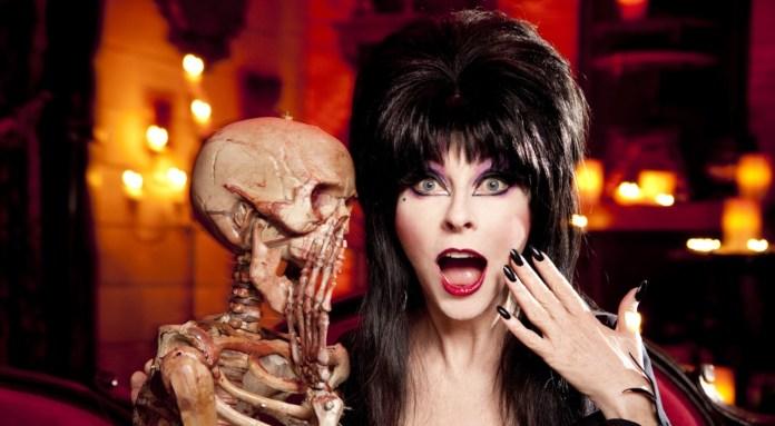 """Atriz que deu vida à """"Elvira, a Rainha das Trevas"""", revela que há 19 anos namora uma mulher"""