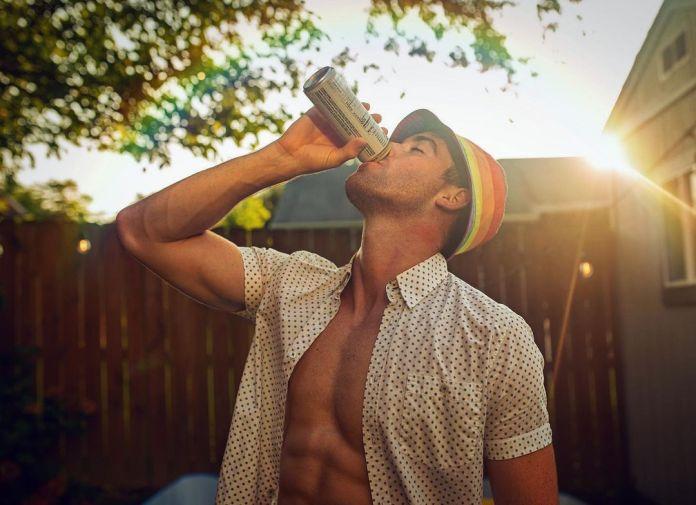 Cantor Hayden Joseph satiriza machismo do gênero country com estereótipos LGBT - Divulgação
