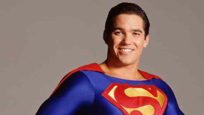 """Dean Cain critica representatividade tardia em Superman: """"Deveria estar na luta pelos LGBTs há anos"""""""