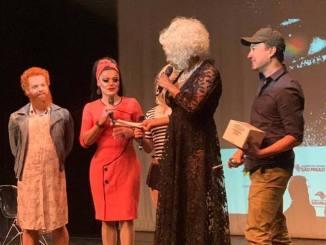 """mixbrasil O ganhador do troféu, o publicitárioVinícius Yamada, fez parte da equipe do documentário """"Bom Dia, Ipanema""""."""