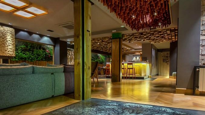 Design arrojado surpreende hóspedes e visitantes logo na entrada do Wood Hotel Sérgio Azevedo