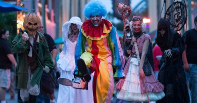 Os palhaços enlouquecidos retornam para causar estragos no Universal Orlando Resort e fazer sua chegada chocantemente perversa no Universal Studios Hollywood