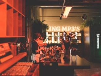 Com o propósito de democratizar a audição da música analógica, a Heineken® convida os visitantes a levarem seus discos prediletos para serem tocados e ouvidos por todos no bar durante os eventos que acontecerão nos dias 31 de julho, 7 e 14 de agosto
