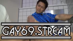 【HD】【YI1004862】 『こんなとこでヤッちゃいました!!』あの大人気モデルが再び…サカユニが似合いすぎる彼が超特大チンコを見せつけ野外トイレで淫乱発射‼