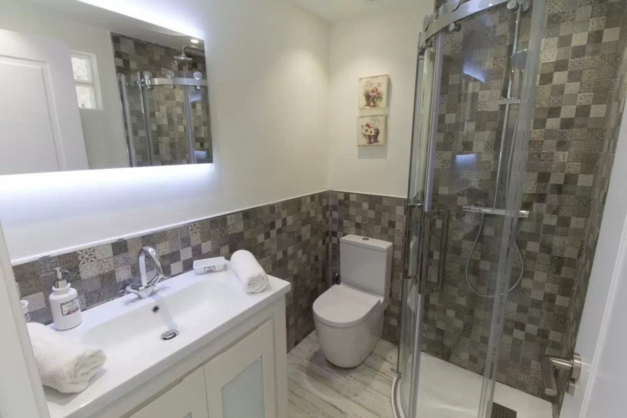 16 Ensuite bathroom
