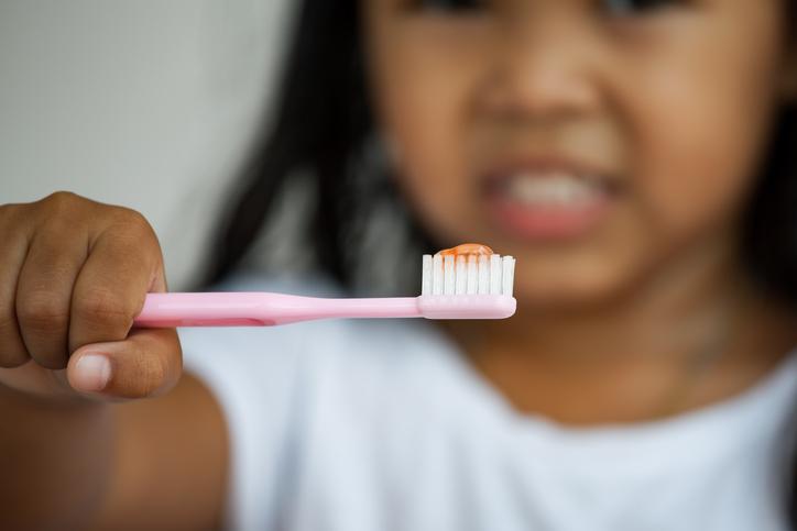 anak memberus gigi