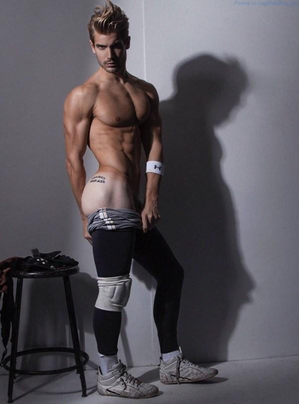Modelo masculino Lucas Bloms mostrando su tatuaje de culo