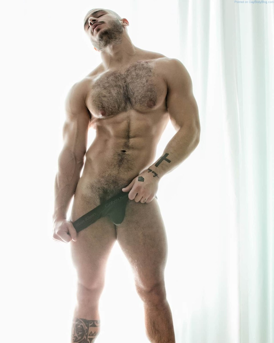 Hairy Muscle Hunk Paolo Bellucci Likes To Tease