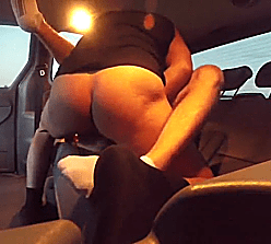 Sexo gay bareback entre lekes dentro do carro de luxo
