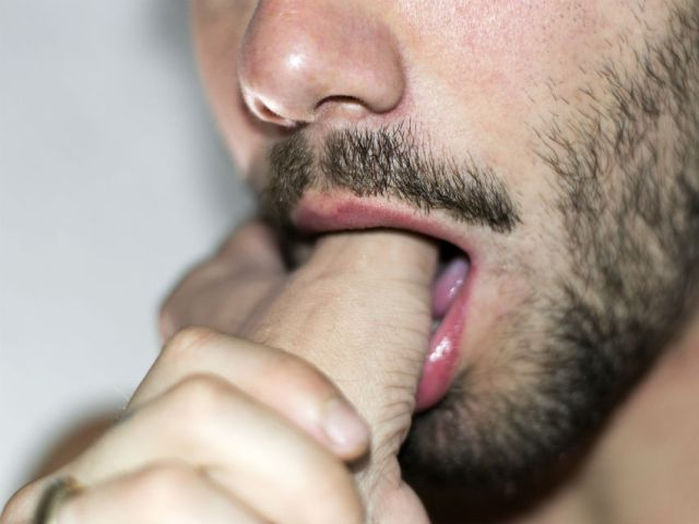 A man inserts a thumb into his mouth in Daumen, by Florian Hertz
