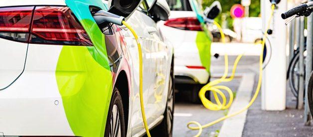 Postaw na ekologiczne auto – elektryk, czy hybryda? Zobacz nasze porównanie!