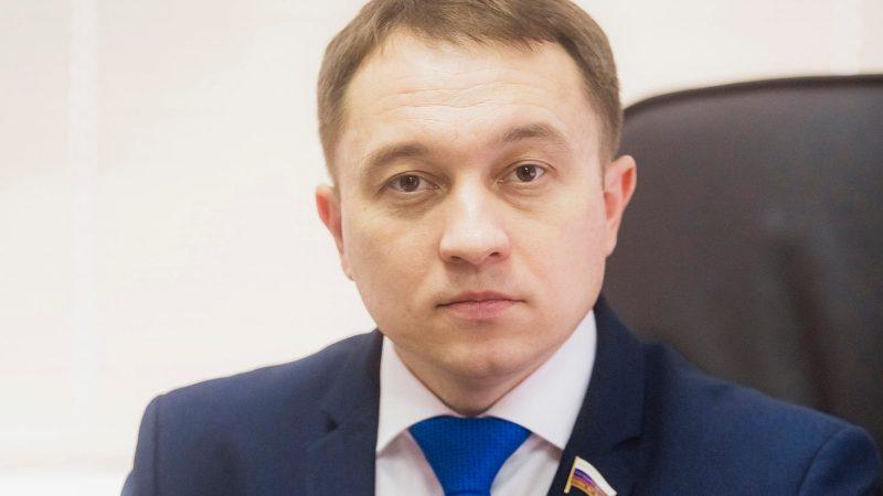 Депутат Госдумы Олег Быков предложил Правительству РФ разработать нормативно-правовую базу для расселения граждан из аварийных жилых домов, пострадавших от затопления