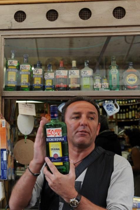 Becherovka adında, birçok bitki özü ve baharatla hazırlanmış, baskın olarak tarçın kokulu ve yüksek alkollü bir tür likör buranın en özel içkisi sayılıyor.