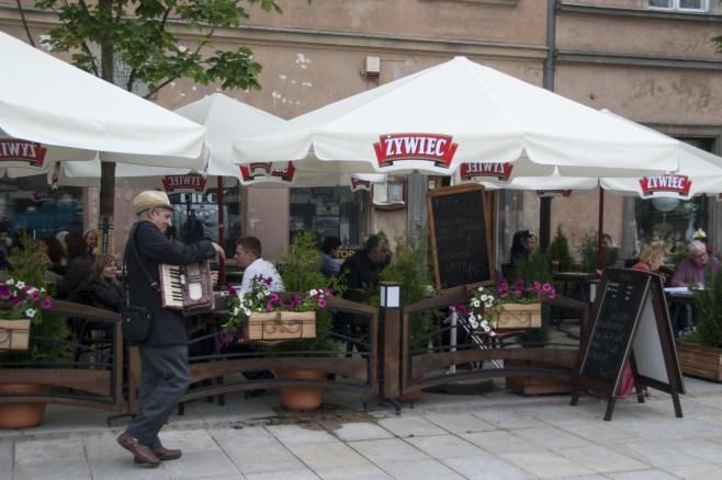 Eski Kent Meydanı'ndaki kafelerin önünde müzisyenler eksik olmuyor.