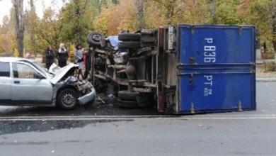В Балаково грузовик Почты России столкнулся с двенашкой