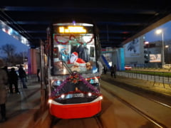 tramvaiul-lui-mos-craciun-circula-in-capitala,-decorat-cu-beteala-si-luminite