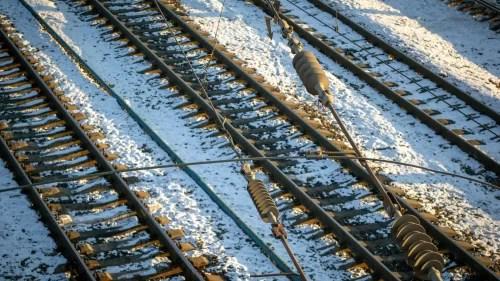 circulatia-trenurilor-pe-ruta-200-deva-–-arad-a-fost-intrerupta-dupa-ce-o-sina-a-fost-deformata-de-ger