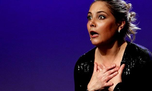 Heloisa Périssé apresenta comédia solo em Curitiba