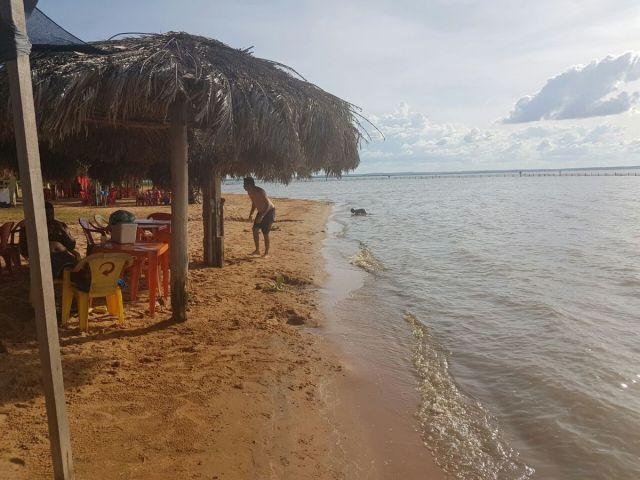 Pouca gente na Praia das Arnos, prejuízos por conta da paralização das obras