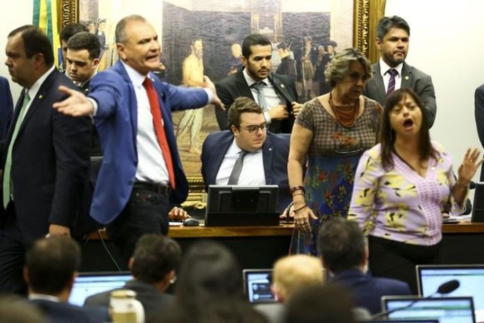 Sessão foi tumultuada. Foto: Marcelo  Camargo/Agência  Brasil