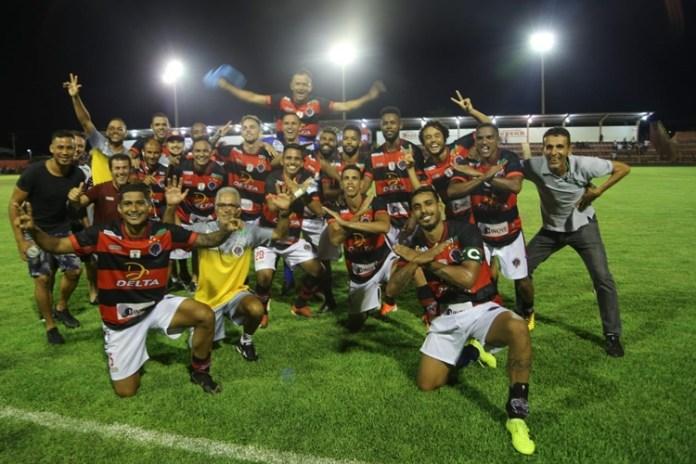 Jogadores do Águia Negra comemoram vitória. Foto: Franz Mendes/Cedida