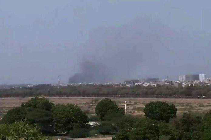 Uma nuvem de fumaça é vista após o acidente de uma aeronave em Karachi, no Paquistão. Foto: Twitter/Shahabnafees via Reuters