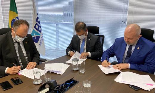 Governador Mauro Carlesse e o presidente do BRB, Paulo Henrique, assinam contrato de R$ 149 milhões destinados às obras da nova ponte de Porto Nacional