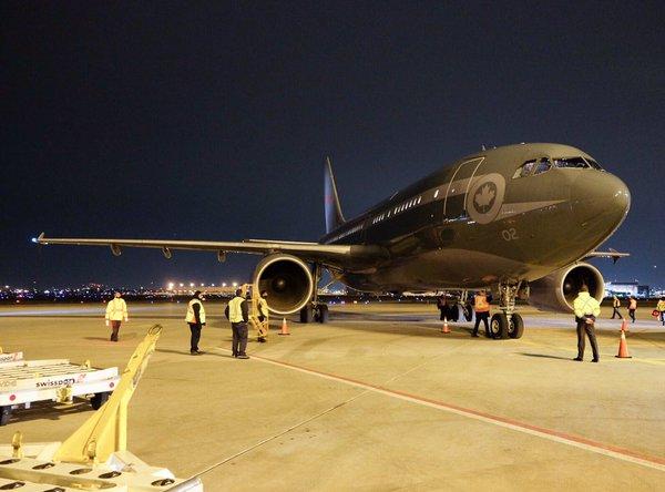 Znalezione obrazy dla zapytania uchodzcy przybywaja samolotami zdjecia
