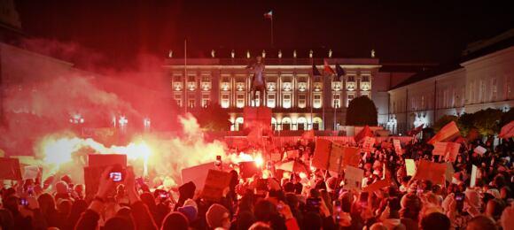 """""""Wolność, równość, aborcja na żądanie!"""" Tłumy pod kurią i pałacem prezydenckim, protesty w całej Polsce."""