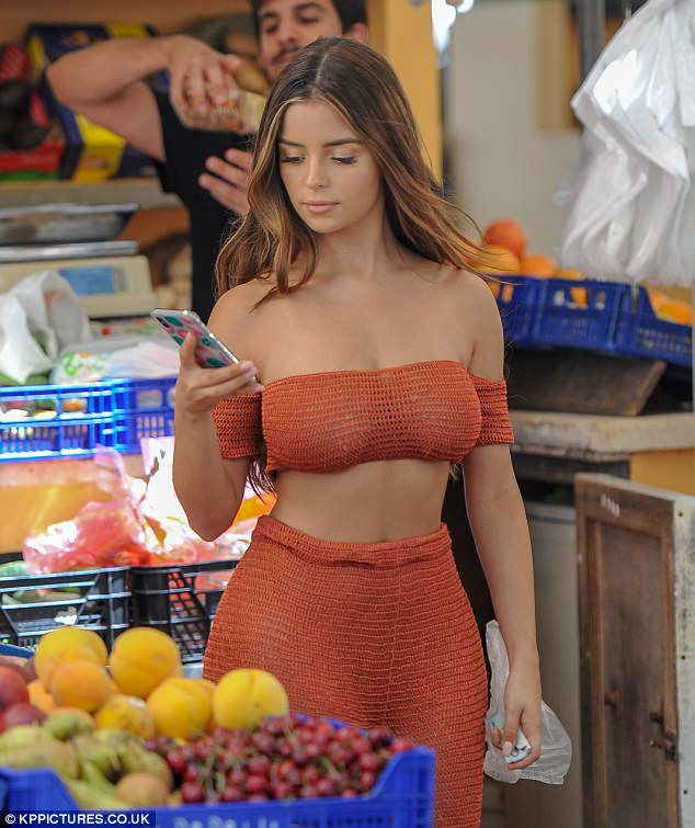 4EF3D14100000578-6042703-Teasing_a_glimpse_Demi_Rose_went_underwear_free_as_she_slipped_h-a-5_1533806778874