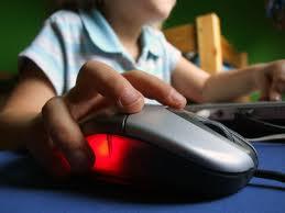 Cum să-ţi fereşti copilul de capcanele internetului. Sfaturile poliţiştilor