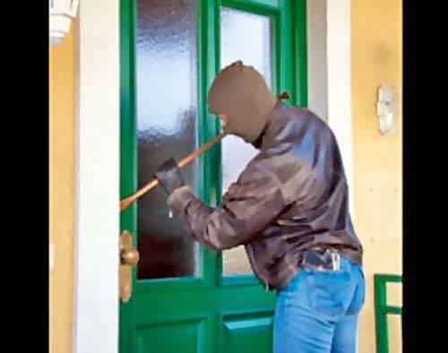 Un hoţ prins la furat în apartament, a sărit pe geam