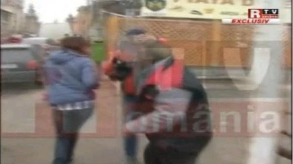 PLOIEŞTI/Jurnalistă agresată de un vânzător de brazi