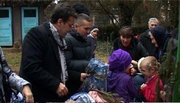 Leonard Doroftei si Florin Chilian au impartit cadouri copiilor din Tomsani