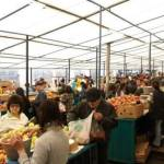 Poliţiştii ploieşteni au fost la piaţă. Au luat: 15 kg cătină, 50 kg ceapă, 30 kg mandarine, 20 kg mere şi 16 kg măceşe